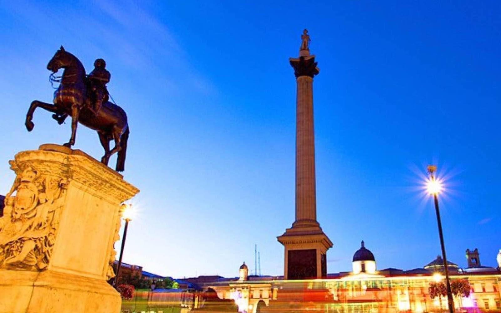 Hodeløse kong Charles høyt til hest i London