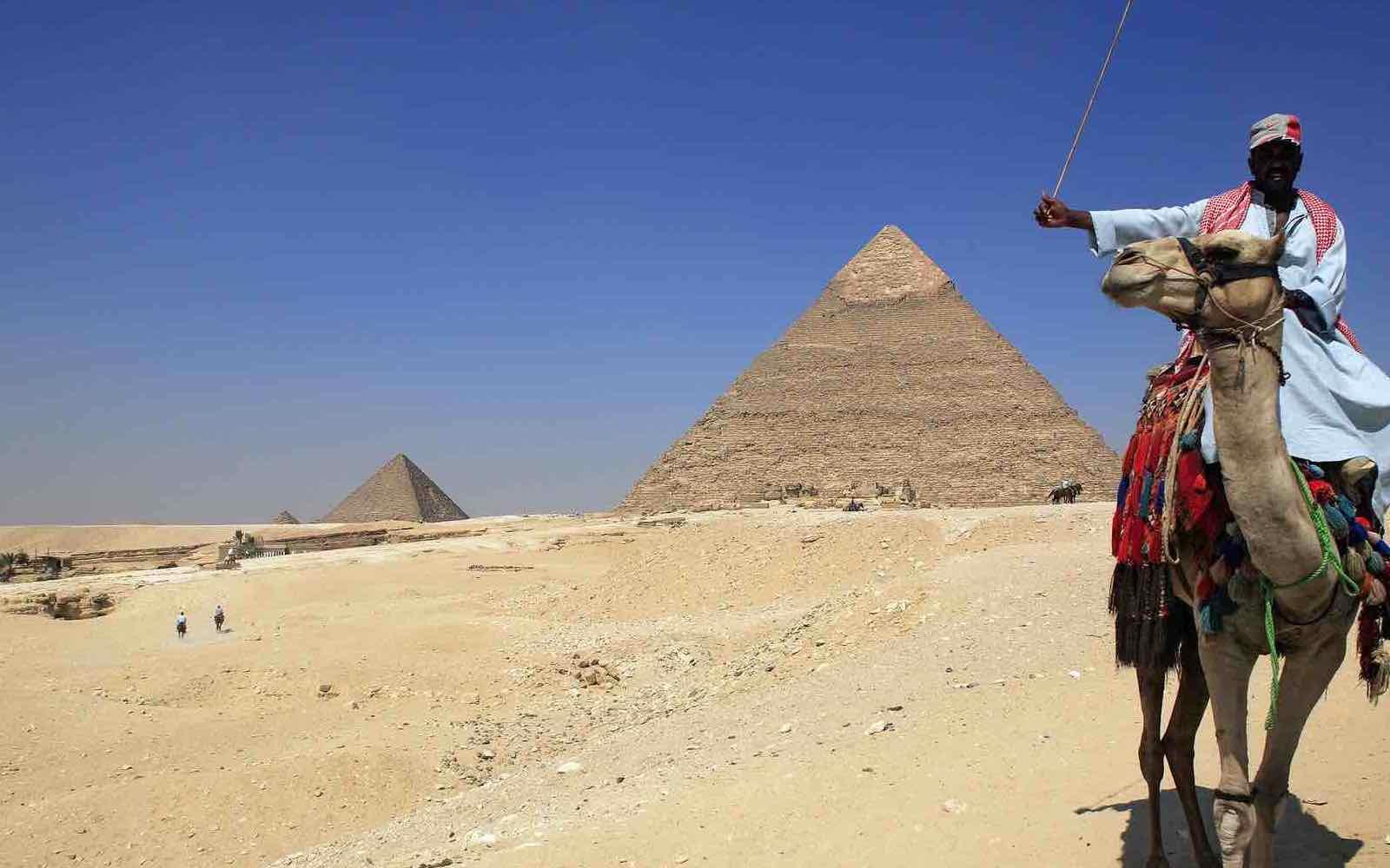 Pyramider og skrikende kinesere i Kairo