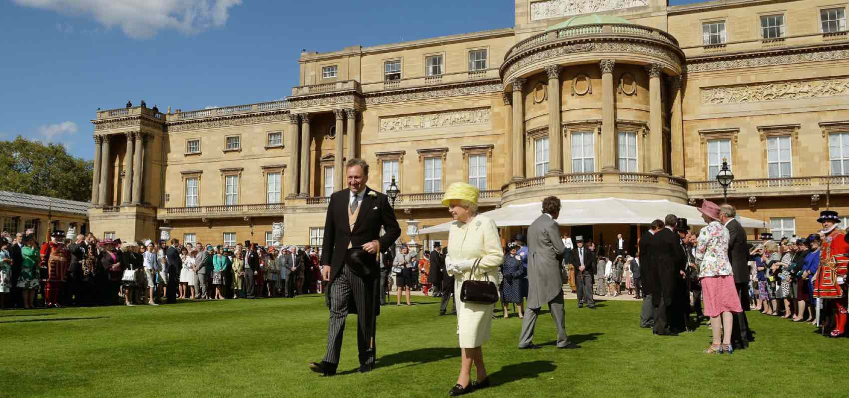 På kongelig vandring i hagen til Buckingham Palace med dronningen som vertinne