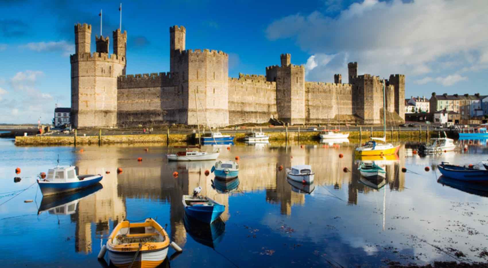 Slottet Caernarfon i området Menai i Wales.