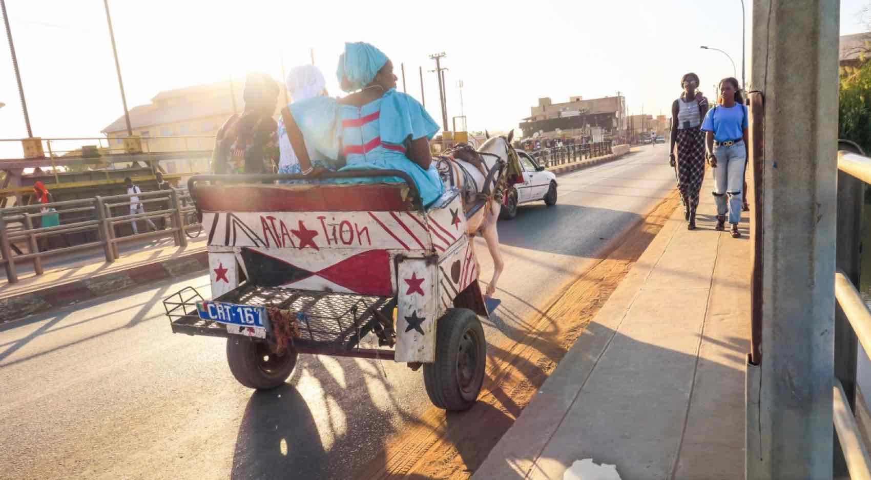 Ut på tur med hest og vogn i hovedstaden Dakar