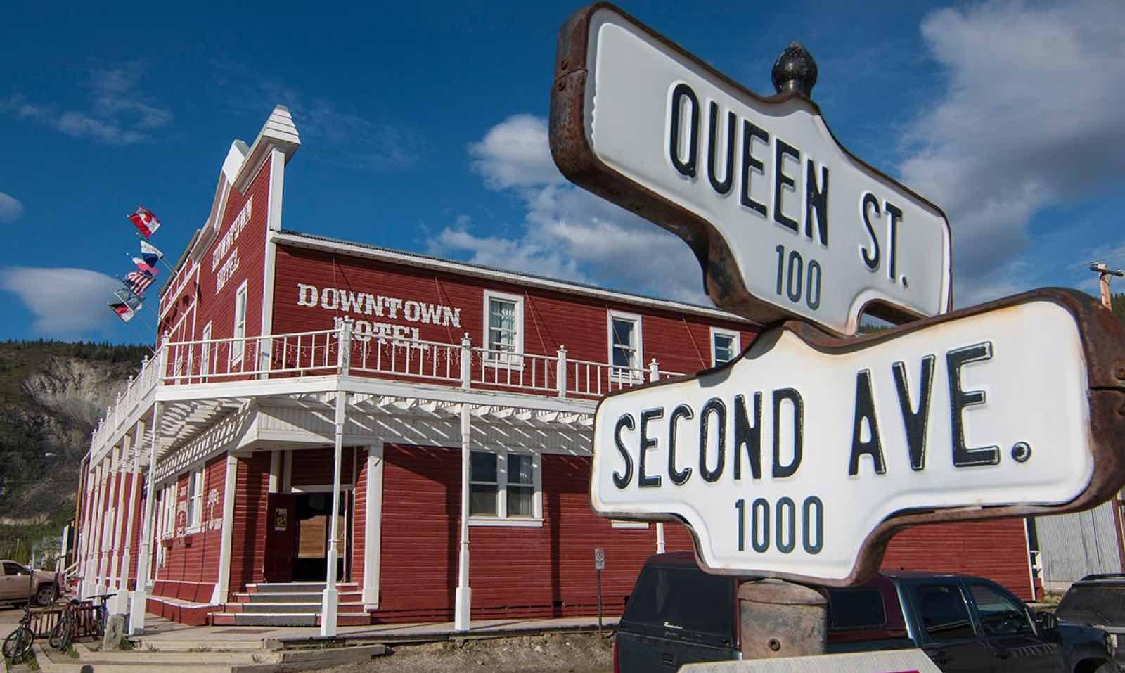 Inne på Downtown Hotel ligger baren alle snakker om i Dawson City