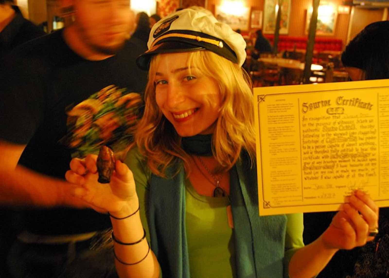Kveldens gjest på baren Sourdough Saloon i Dawson City - med tå og medlemskap i klubben.