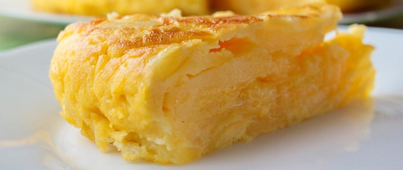 Tortilla er laget av egg, poteter og olivenolje, og ganske sikkert også løk.