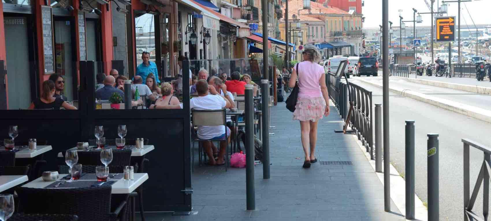 Nice havn ligger øst i byen - med mange restauranter og ikke så posh som nabobyen Cannes.