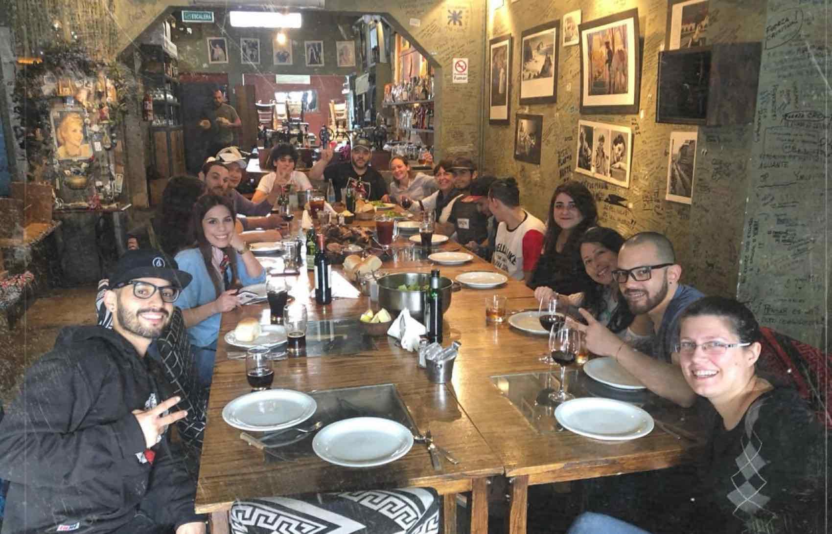 """Nattens måltid i Buenos Aires. På """"Peron Peron"""" er det nesten aldri for sent, et sted alltid stappet av gjester."""