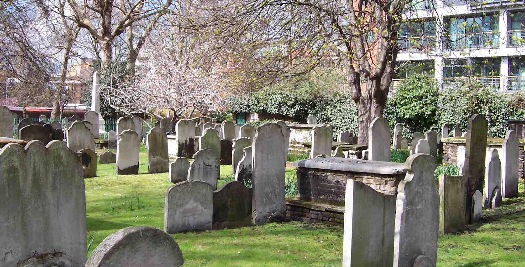 Tett i tett står gravstenene - enkelte så gamle at du ikke kan lese skriften