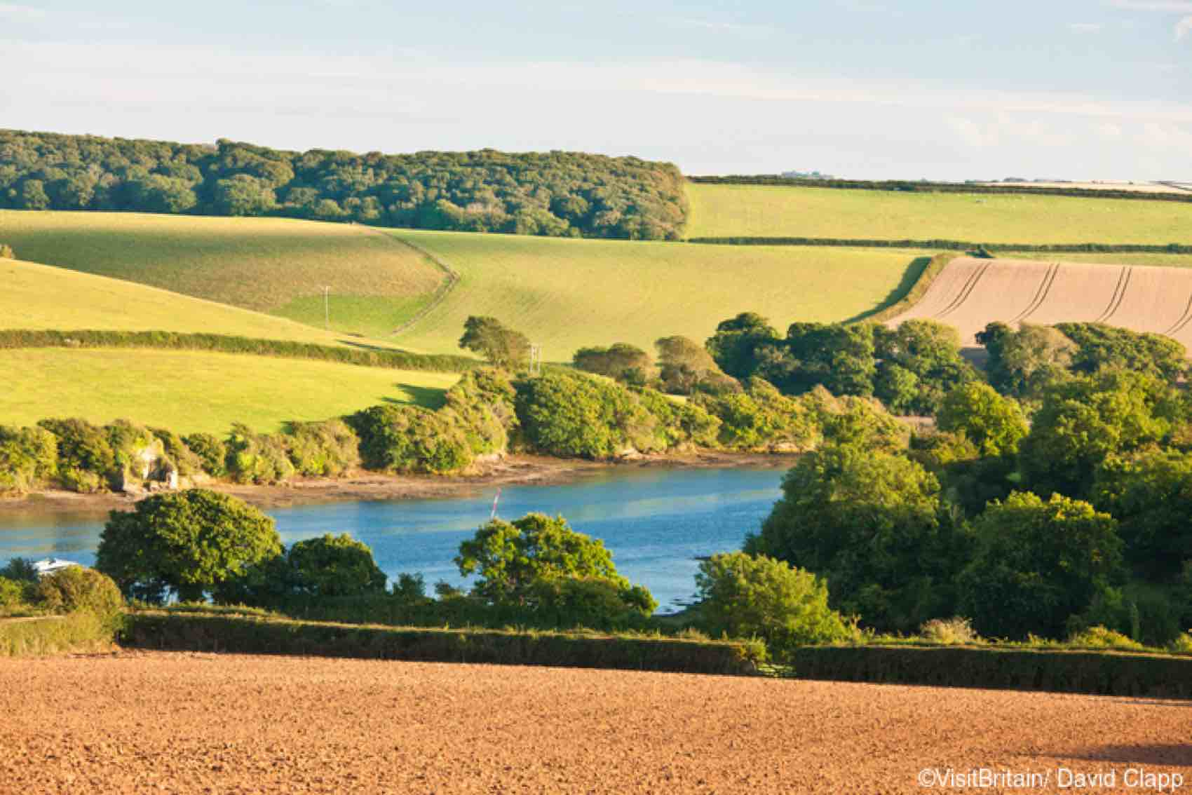 Utsikt over det bølgende landskapet i Devon, med lappeteppe av åker og hekker. Over landsbyen Southpool.