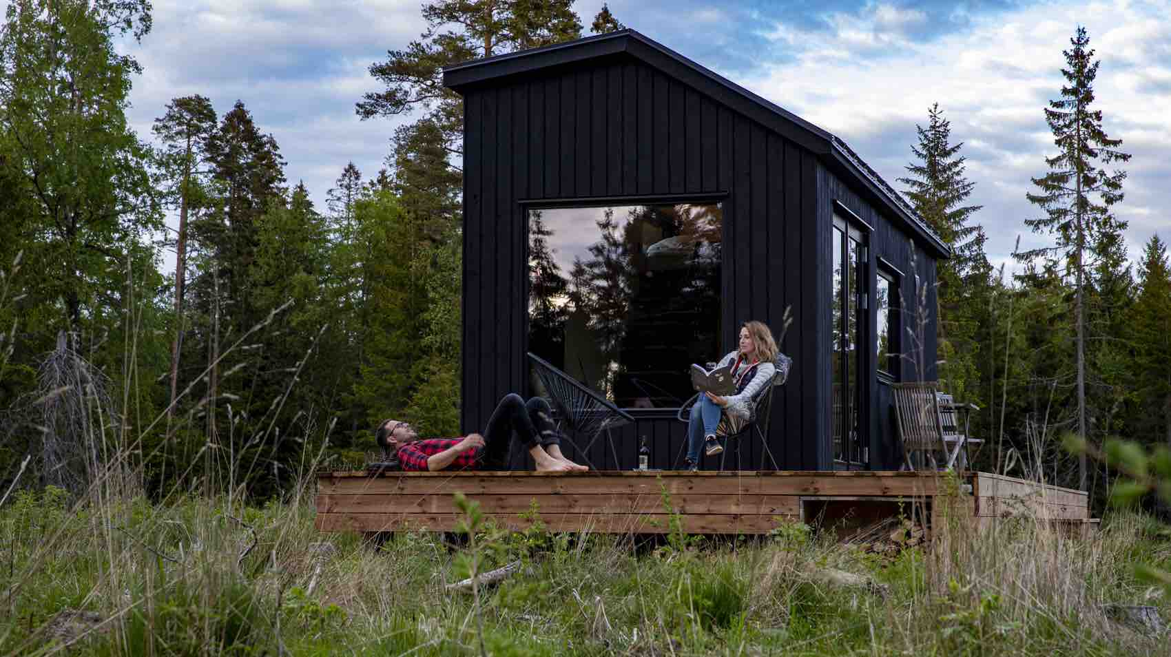 I skogen utenfor Hjo i Västergötland finnes slike småhus