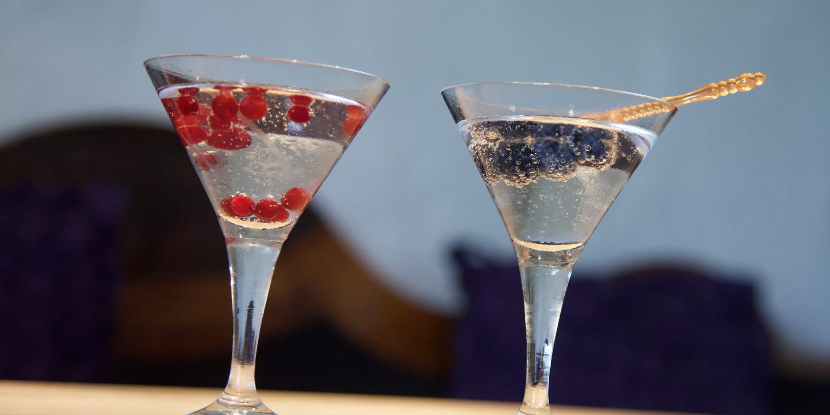 Hjemmelaget Arctic Martini. Ut med oliven, inn med blåbær og tyttebær. Og med norsk gin.