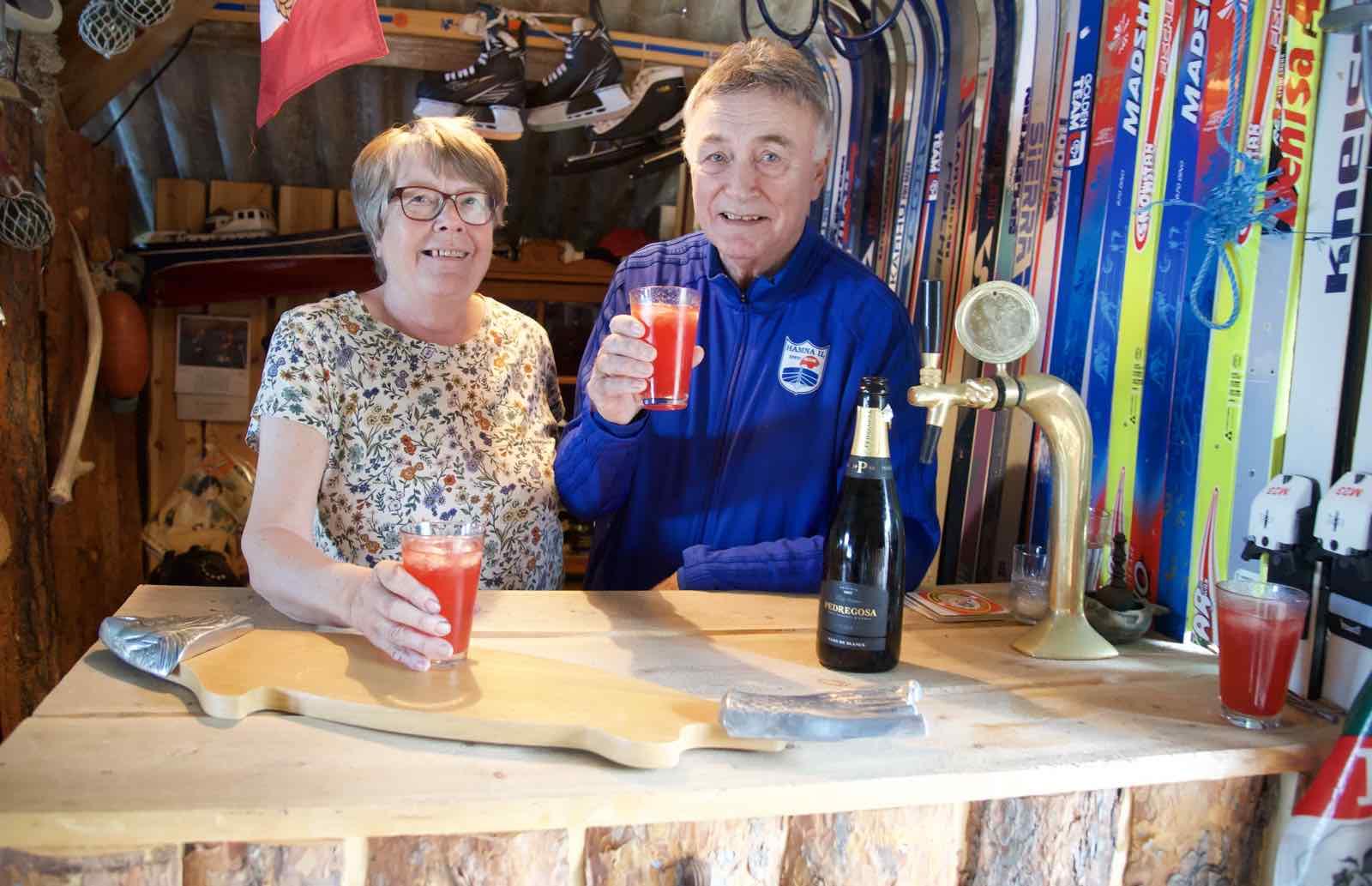 Vertskap: Ruth og Ole Kristian har installert en sportsbar på låven i Ryggefjord.