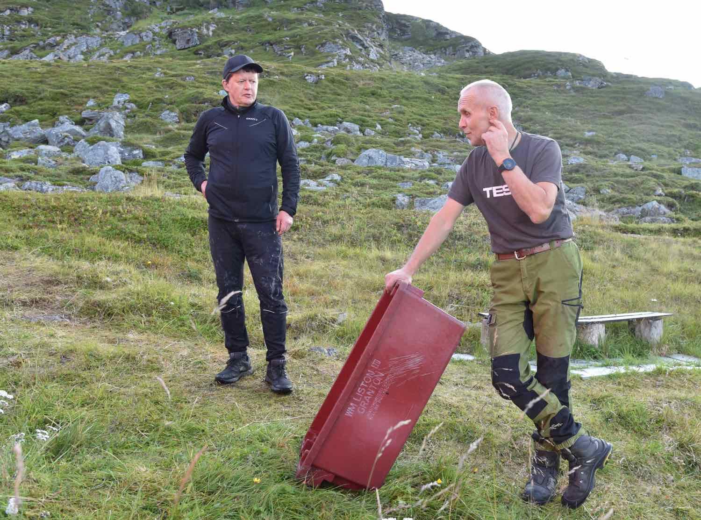 Hyttetur: Roar Magnusen t.v. og Frank Hargaut har feriehus i Ryggefjord og slår av en prat om fisk, vind og vær.